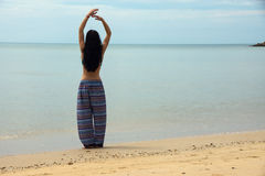 Худенькая девушка стоит на пляже Стоковая Фотография