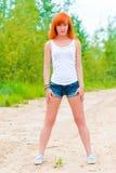 Худенькая девушка с красными волосами Стоковое Изображение
