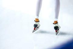 Худенькие конькобежцы спортсменов девушек ног Стоковая Фотография