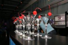 Худенькие строки пустых стекел коктеиля на баре Украшенный с замороженностью Стоковая Фотография