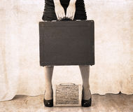 Художественное произведение в винтажном стиле, сумка holdind женщины тяжелая Стоковая Фотография
