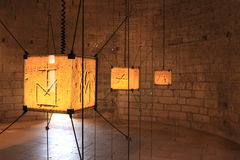 Художественное произведение старого каменного резного изображения назад-осветило в каменной крепости Стоковое Фото