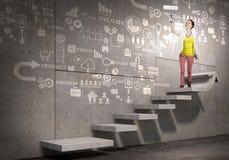 Художник девушки рисует ее положительную высоту Мультимедиа Стоковые Фотографии RF