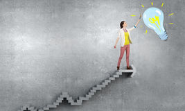 Художник девушки рисует ее положительную высоту Мультимедиа Стоковое Изображение