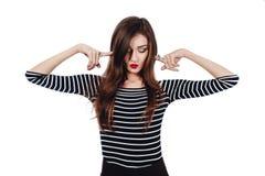 Художник девушки эмоционального портрета милый красивый Белая изолированная предпосылка Красные губы, длинное брюнет волос стоковое изображение rf