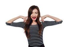 Художник девушки эмоционального портрета милый красивый Белая изолированная предпосылка Красные губы, длинное брюнет волос стоковые изображения