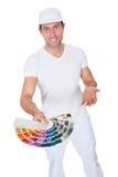 Художник держа ролик и спектр краски Стоковые Фотографии RF