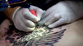 Художник делает конец татуировки вверх акции видеоматериалы