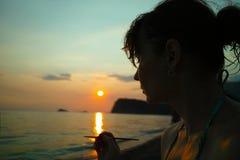 Художник женщины на заходе солнца около моря стоковое изображение rf