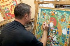 Художник красит буддийский значок Стоковые Изображения