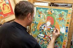 Художник красит буддийский значок Стоковые Фото