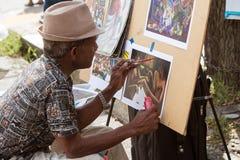 Художник красит сцену на бумаге на эклектичном фестивале искусств Стоковое фото RF