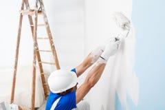 Художник крася стену с роликом краски Стоковая Фотография RF