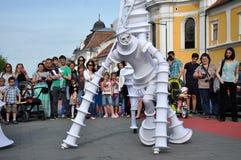 Художник на ходулях, уличный театр Стоковое Изображение