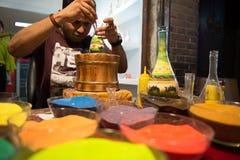 Художник песка конструируя красочную бутылку песка Стоковая Фотография
