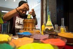 Художник песка конструируя красочную бутылку песка Стоковые Фотографии RF