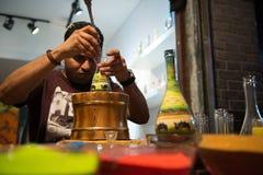 Художник песка конструируя красочную бутылку песка Стоковые Изображения RF