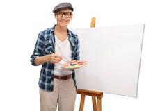 Художник представляя рядом с холстом стоковые изображения rf