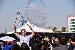 Художник пузыря развлекая толпу стоковая фотография rf