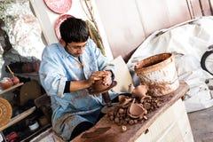 Художник работает на традиционной керамической вазе в Cappadocia стоковая фотография