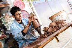 Художник работает на традиционной керамической вазе в Cappadocia стоковые изображения