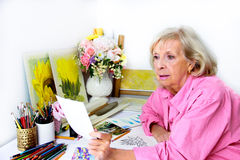 Художник рассматривает предварительные планы для произведения искусства Стоковые Изображения RF
