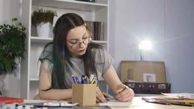 Художник рисует с покрашенными карандашами сток-видео