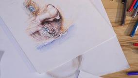 Художник рисует с покрашенным взгляд сверху карандашей видеоматериал