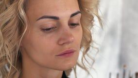 Художник состава кладет учреждение для блондинкы девушки состава акции видеоматериалы