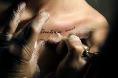 Художник татуировки делает татуировку Стоковые Фото