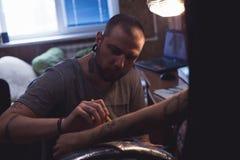 Художник татуировки делает scetch Стоковые Фото
