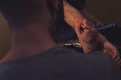 Художник татуировки делает scetch Стоковые Изображения RF