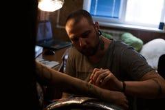 Художник татуировки делает scetch Стоковая Фотография