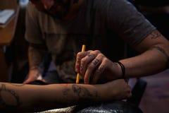 Художник татуировки делает scetch Стоковые Изображения