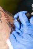 Художник татуировки делая татуировку Стоковые Фото