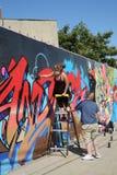 Художник улицы в настенной росписи картины маски противогаза на суде Веллингтона в разделе Astoria в ферзях Стоковое Изображение