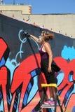 Художник улицы в настенной росписи картины маски противогаза на суде Веллингтона в разделе Astoria в ферзях Стоковые Изображения