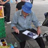 Художник улицы пробует сделать прожитие a Стоковые Фотографии RF