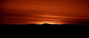 Художнический, красочный заход солнца в Норвегии над горами Стоковые Фотографии RF