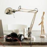 Художнический wotking стол, лампа, компьтер-книжка, мобильный телефон, наушники, кофе Стоковое фото RF