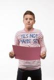 Художническое брюнет мальчика подростка в розовом шлямбуре с розовым листом бумаги для примечаний Стоковые Изображения