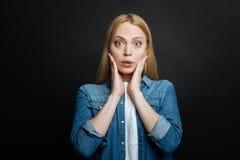 Художническое чувство молодой женщины удивленное в студии Стоковая Фотография RF
