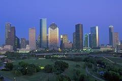 Хьюстон, горизонт TX с мемориальным парком в переднем плане на сумраке Стоковая Фотография