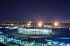 ХЬЮСТОН, TX - 14-ое января 2018 - взгляд крупного аэропорта e Джорджа Буша междуконтинентального на ноче с яркими окнами и ясный  стоковые изображения