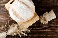 Хлебец белого хлеба с ушами пшеницей и мозолью лежит Стоковое Изображение