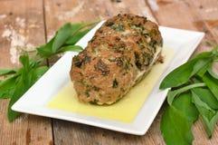 Хлебец мяса с свежими зелеными buckrams выходит на белую плиту на деревянной предпосылке Стоковая Фотография RF