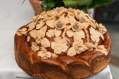 Хлебец свадьбы с маковыми семененами и цветками на таблице Стоковые Фото