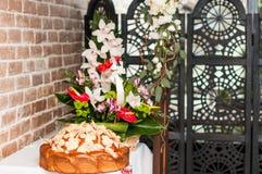 Хлебец свадьбы с маковыми семененами и цветками на таблице стоковые изображения rf