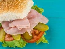 Хлебец холода сваренные и, который закуренные ветчины салата сезама семени или сандвич плюшки Стоковые Изображения