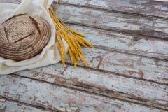 Хлебец хлеба с пшеницей на деревянном столе Стоковые Изображения RF